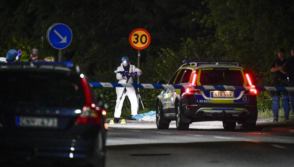 DREPT: Ved 20-tiden mandag kveld ble politi tilkalt til Stocksund i Danderyd, etter at en mann ble skutt i nærheten av en Ica-butikk. Foto: Foto: Jessica Gow / TT / NTB scanpix