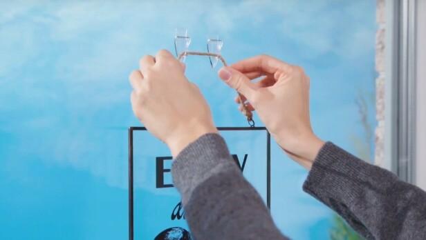 <strong>SELVKLEBENDE:</strong> Smarte kroker for håndklær på badet eller pynt i vinduet.