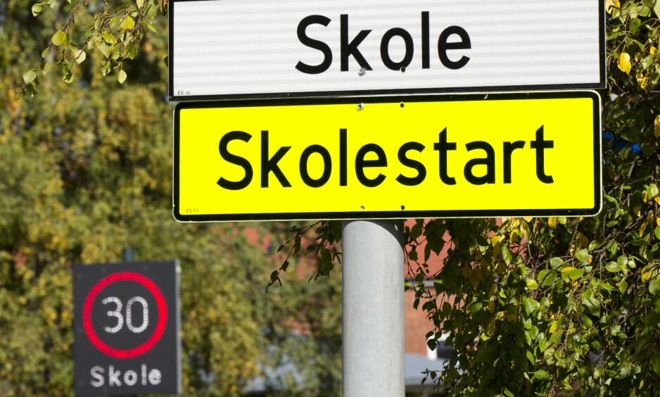 SKOLESTART: Tross skiltet som viser 30-sone, et skilt som minner om at det er skolestart og ytterligere et skilt som viser bilistene at en skole er i nærheten, ble en 50 år gammel mann målt til 75 km/t her i 30-sona ved Trasop skole i Oslo. Foto: Samfoto / NTB Scanpix