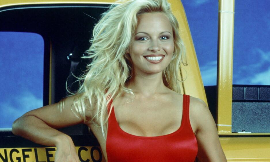 IKONISK BADEDRAKT: Pamela Anderson røper frekke detaljer om den røde «Baywatch»-badedrakta i nytt intervju. Foto: NTB Scanpix