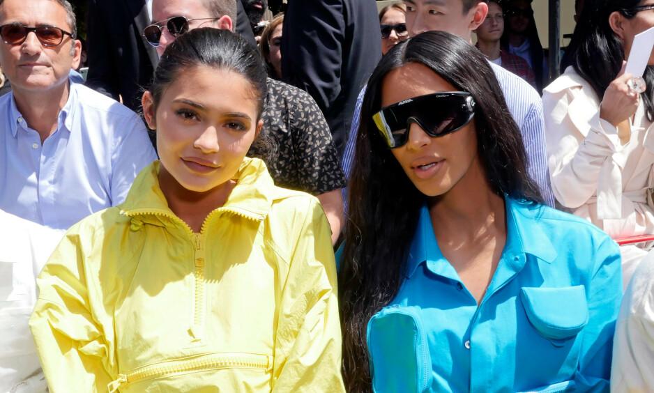 REDIGERINGSTABBE?: Kim Kardashian har delt et nytt bilde med lillesøster Kylie Jenner, hvor de reklamerer for en ny parfyme. Problemet er bare at det er noe helt annet enn det nye produktet som stjeler oppmerksomheten. Foto: NTB Scanpix