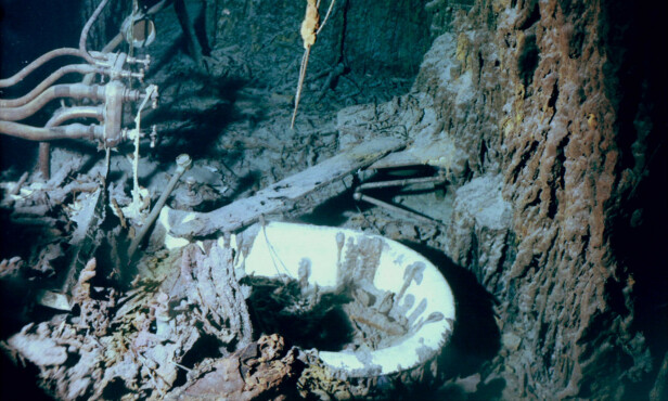 <strong>BADEKARET:</strong> Dette var kapteinens badekar. Det er nå i ferd med å forsvinne. Foto: AP Photo/National Ocean and Atmospheric Administration
