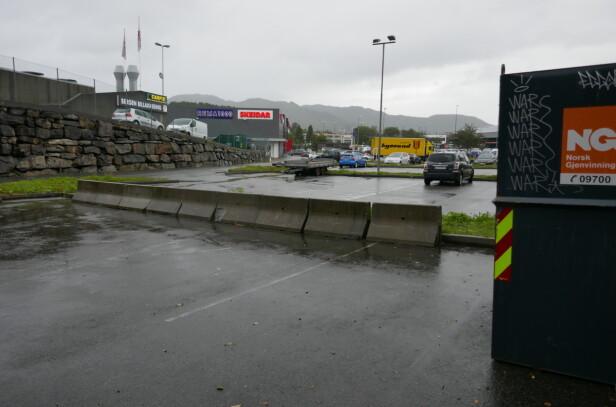 ÅSANE: Avdøde ble funnet på parkeringsplassen ved Rema 1000 i Hesthaugvegen i bydelen Åsane i Bergen. Foto: Leif Stang / Dagbladet