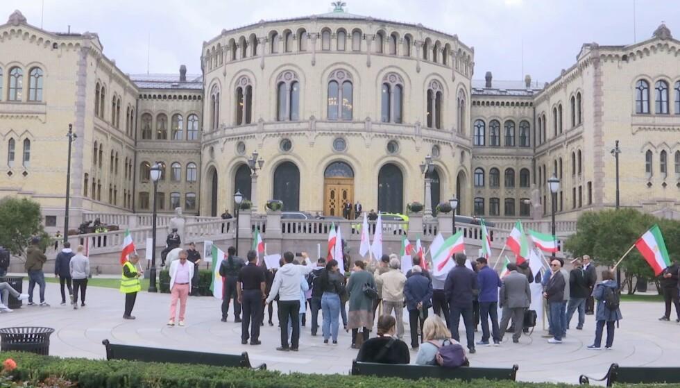 DEMONSTRASJON: Det skal ha vært i forbindelse med denne demonstrasjonen at flere personer skal ha kastet egg og tomater på pressen og Stortinget. Foto: Endre Vellene / Dagbladet