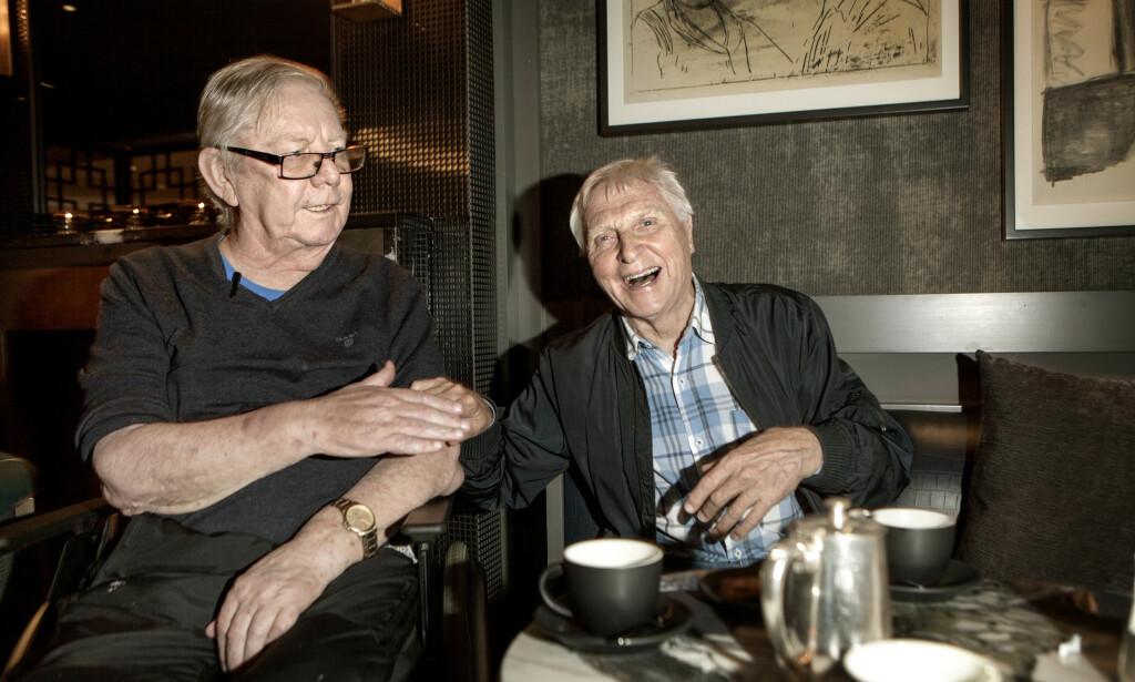 I TYKT OG TYNT: I 60 år har trønderne Nils Arne Eggen (t.v) og Arve Tellefsen vært nære venner. - Kontakten holder vi fremdeles, og ringer hverandre ofte. Vennskapet betyr veldig mye, slår de begge fast - ikke minst i vanskelige og vonde tider. Foto: Anders Grønneberg