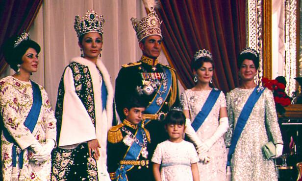 DEN KONGELIGE FAMILIEN: På venstre flanke står prinsesse Shams sammen med familien i 1967, Teheran. Foto: AP Photo / NTB Scanpix