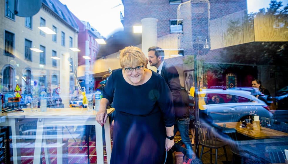 LYS I ENDEN AV TUNNELEN?: Trine Skei Grande smilte gjennom vinduet da hun la fram regjeringen opptrapping mot muslimhets i ettermiddag. I kulissene er det bompengekrise i regjeringen. Foto: Stian Lysberg Solum / NTB scanpix