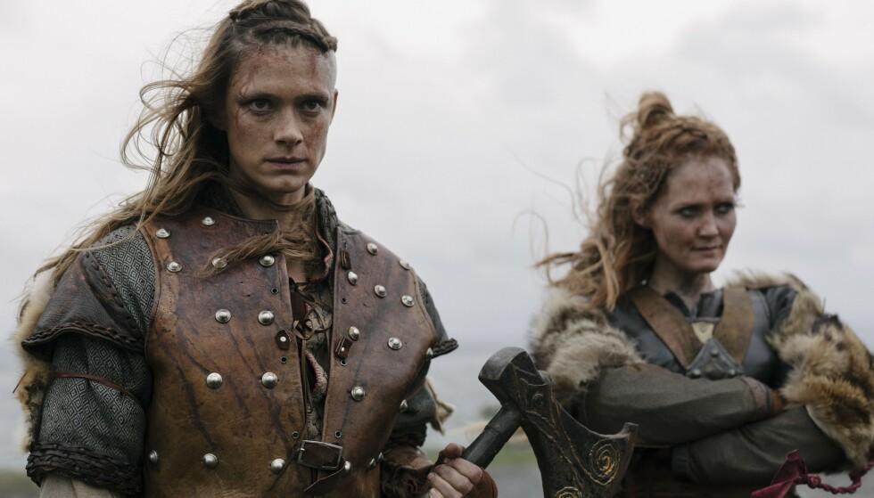 <strong>Tidsreise:</strong> Skjoldmøyene Alfhildr (Krista Kosonen) og Urd (Ágùsta Eva Erlendsdottir) ankommer fremtidens Oslo med solid erfaring fra vikingtiden. Foto: HBO Nordic