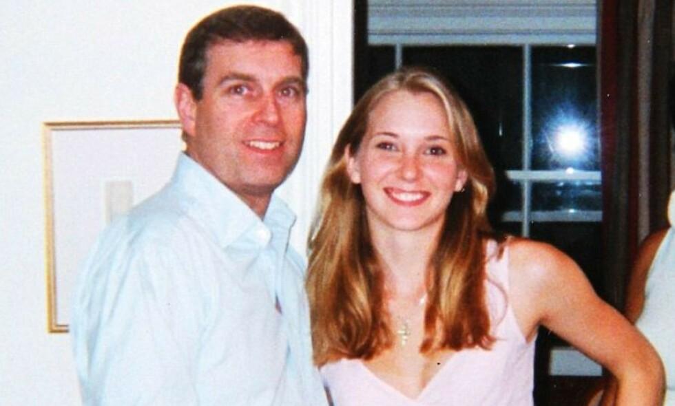 HUSKER IKKE: I 2001 skal prins Andrew ha blitt avbildet med den da 17 år gamle Virginia Giuffre, som hevder å ha hatt sex med ham. Andrew sier at han ikke kan huske å ha møtt henne. Foto: NTB Scanpix