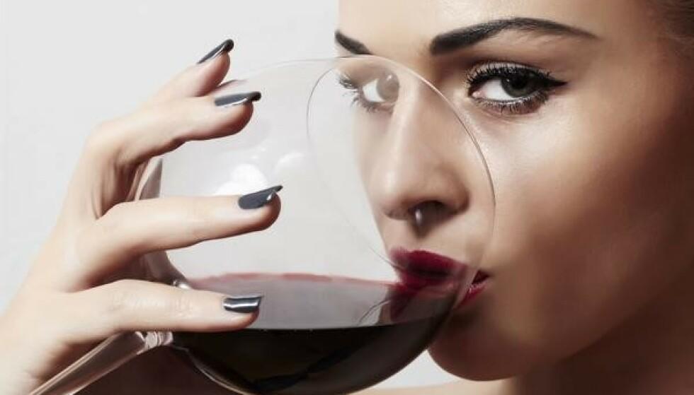 ALT MED MÅTE: - Å kose seg med litt alkohol selv om man skal ned i vekt tenker jeg er god livskvalitet, sier ernæringsfysiolog Camilla Lind. Foto: Shutterstock / NTB Scanpix