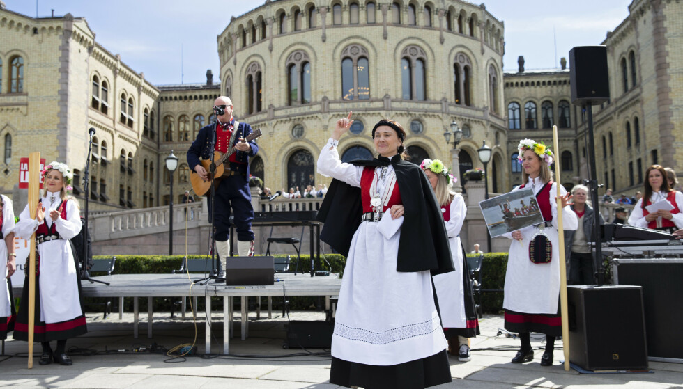 FOLKETS MAKT: Anja Cecilie Solvik i front for Bunadsgeriljaen, som demonstrerer mot kutt og nedleggelser i pasienttilbudet i distriktene med et demonstrasjonstog i Oslo tidligere i år. Kan det tenkes at politikerne tok feil og velgerne har rett? Foto: Ryan Kelly / NTB scanpix