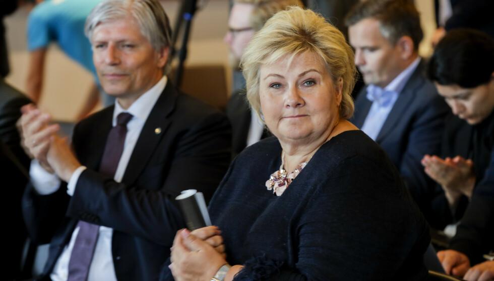 TETT: Statsminister Erna Solberg (H) og  Klima- og miljøminister Ola Elvestuen (V) på pressekonferanse om Equinors søknad om støtte til Hywind Tampen. Foto: Vidar Ruud / NTB scanpix