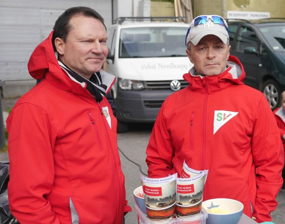 PÅ STAND: Hermann Mathiesen (til høyre) skal ha blitt drapstruet da han sto på stand for Nordkapp SV lørdag. Her sammen med Jan Olsen. Foto: Geir Johansen