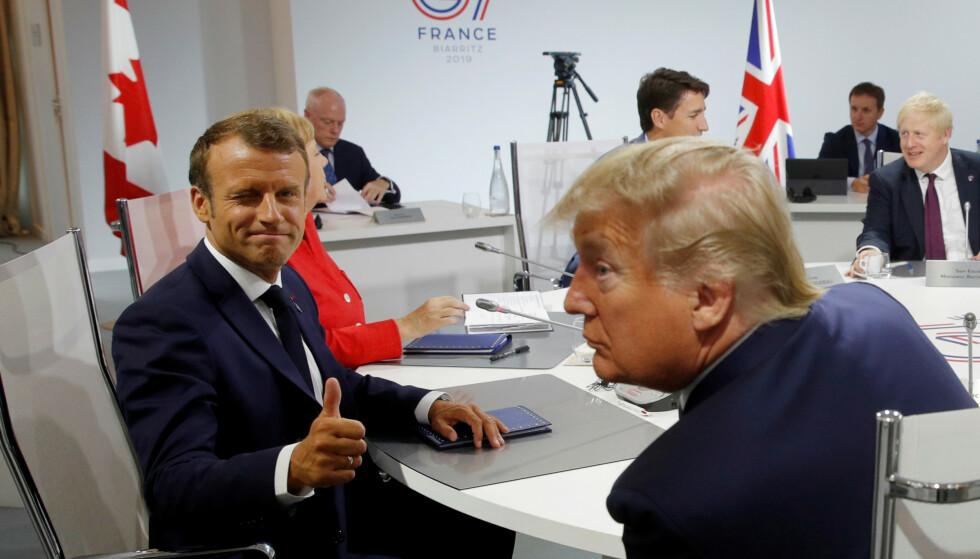 TOMMELEN OPP: Frankrikes president Emmanuel Macron har trolig større grunn til å være fornøyd med helgas G 7-toppmøte i Biarriz enn sin kollega Donald Trump. Foto: Reuters / NTB Scanpix