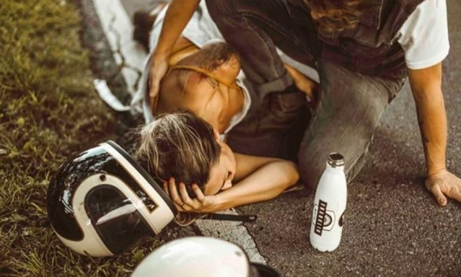 ANKLAGER: Etter å ha delt bilder fra en motorsykkelulykke, opplevde influenseren Tiffany Mitchell en storm av anklager. Foto: Lindsay Grace Whiddon / @tifforelie / Instagram
