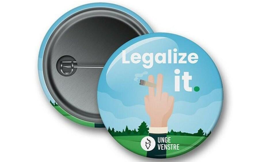 «Legaliser det»: Unge Venstre ønsker regulert og lovlig salg av cannabis, men blir nektet å formidle det på buttons og bannere i valgkampen. Foto: Unge Venstre.