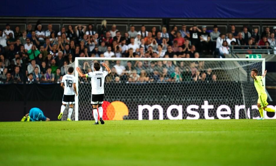 SJANSELØS: Andre Hansen kunne ikke gjøre noe med suseren som ga 1-1 og bortemål for Dinamo Zagreb. Her fortviler Mike Jensen (nr. 7), mens Dani Olmo jubler helt til høyre i bildet. Foto: NTB Scanpix.