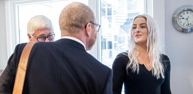 HILSTE: Sjefredaktør i VG, Gard Steiro og Sofie hilser før dagens PFU-møte. Foto: NTB Scanpix