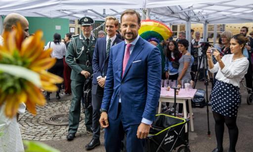PÅ BESØK: Kronprins Haakon besøkte Salam i Oslo som er Norges første og eneste Lhbt-organisasjon for personer med muslimsk bakgrunn. Foto: Tore Meek / NTB scanpix