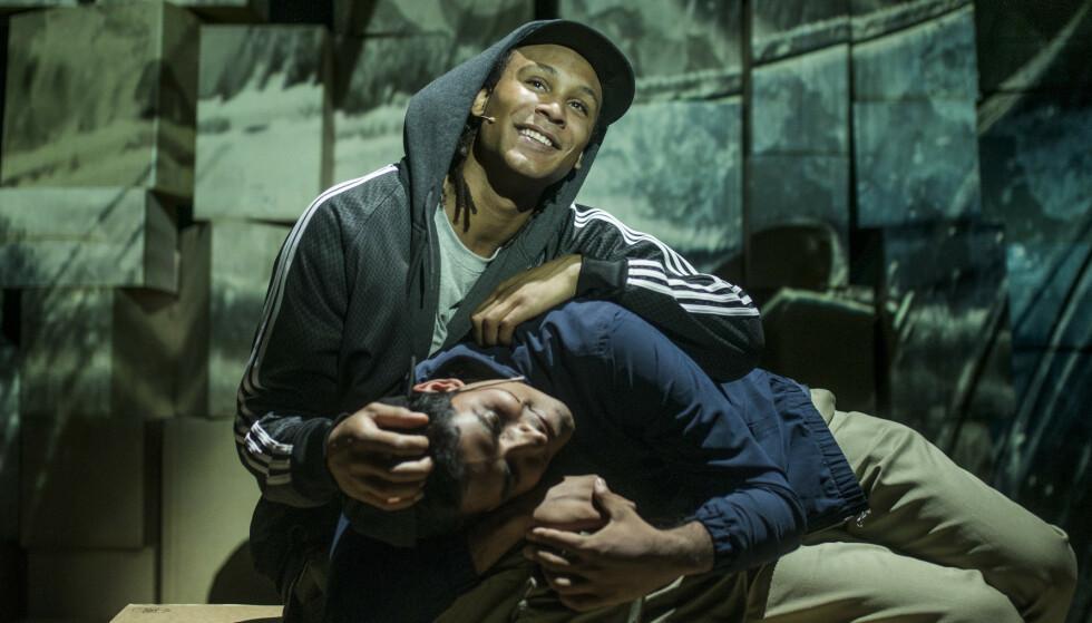 DET NORSKE PÅ ROMMEN: Gaute Adela Aastorp Cudjoe som Jamal og Manish Sharma som Mo fra Zeshan Shakars «Tante Ulrikkes vei». Foto: Erika Hebbert
