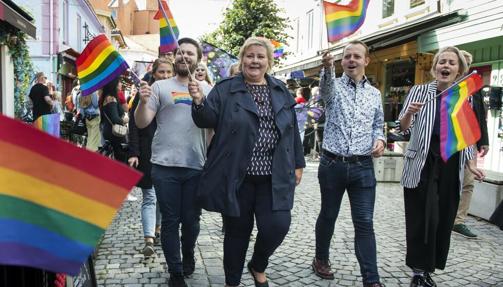 FERDIG KJEMPET?: Regnbueflagget vaier på Pride-festivaler over hele landet og bedrifter fargelegger logoene sine i regnbuens farger. Dette kunne få oss til å tro at kampen er ferdig kjempet, skriver innsender. Her går statsminister Erna Solberg i Prideparaden i Stavanger i fjor. Foto: NTB Scanpix