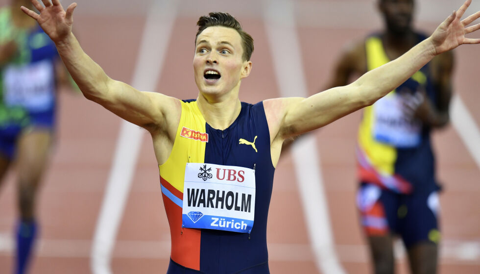 PÅMELDT TIL TO VM-ØVELSER: Karsten Warholm holder liv i muligheten for å løpe to VM-distanser i Doha. Avgjørelsen om han gjennomfører det, tar han først under mesterskapet. Foto: Foto: Walter Bieri/Keystone via AP