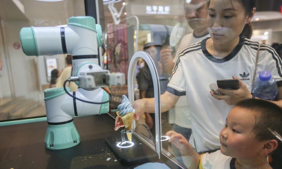 <strong>ROBOT-IS:</strong> En robot tilbereder og serverer iskrem på fastfood-restauranten KFC i Shanghai i forrige uke, for å tilfredsstille kunder som er mer enn gjennomsnittlig opptatt av data. Foto: Wang Chu / Imaginechina / Sipa USA / NTB Scanpix