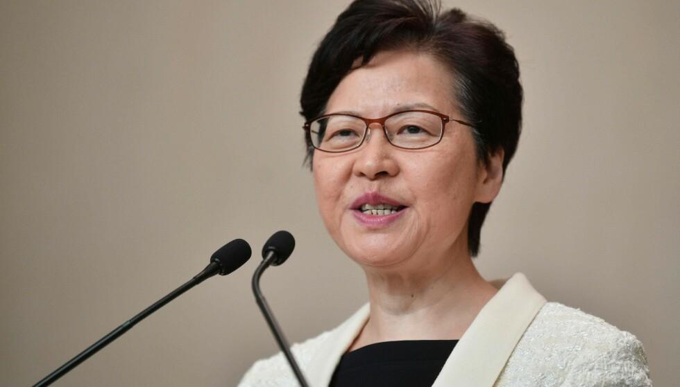 Hongkongs leder Carrie Lam svarte for seg en stund, men spørsmålene fortsatte å hagle mens hun forlot lokalet tirsdag. Foto: Anthony Wallace / AFP / NTB Scanpix