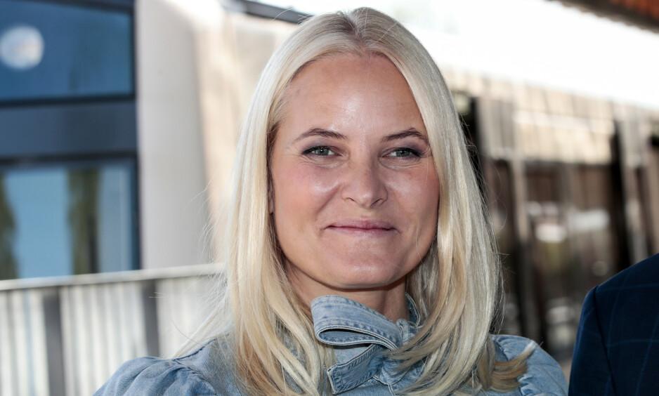 BOKREDAKTØR: Kronprinsesse Mette-Marit har engasjert seg for litteraturen blant annet gjennom prosjektene Litteraturtoget og Bokbanen. I høst tar hun med seg boka «Hjemlandet og andre fortellinger», der hun er en av redaktørene, til bokmessa i Frankfurt, der Norge er hovedland i år. Arkivfoto: NTB scanpix