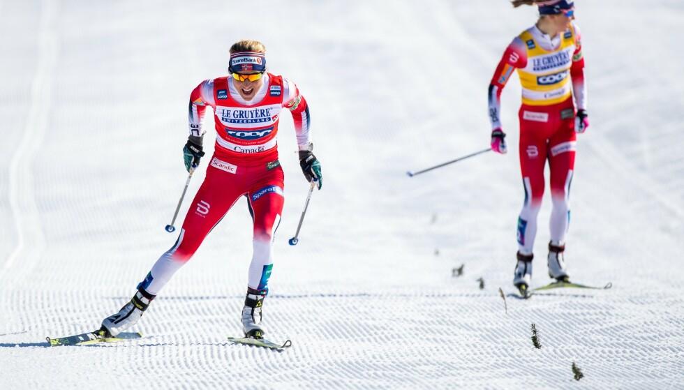 GA OPP: Therese Johaug spurtslo Ingvild Flugstad Østberg i spurten. Hun fikk en luke tidlig på oppløpet, og her har Østberg gitt opp. Foto: NTB Scanpix
