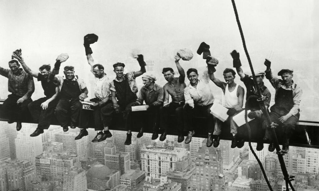 UKJENTE HELTER: Joseph Eckner er nummer tre fra venstre, mens Joe Curtis er nummer tre fra høyre. Ellers er arbeiderne på det berømte bildet fra Rockefeller Center i New York i 1932 ukjente for offentligheten - i hvert fall enn så lenge. Foto: NTB Scanpix/Granger