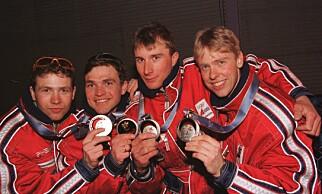 SØLV: Skiskytterlaget på pallen under medaljeseremonien i 1998. Fra venstre: Ole Einar Bjørndalen, Dag Bjørndalen, Egil Gjelland og Halvard Hanevold. Foto: Gunnar Lier