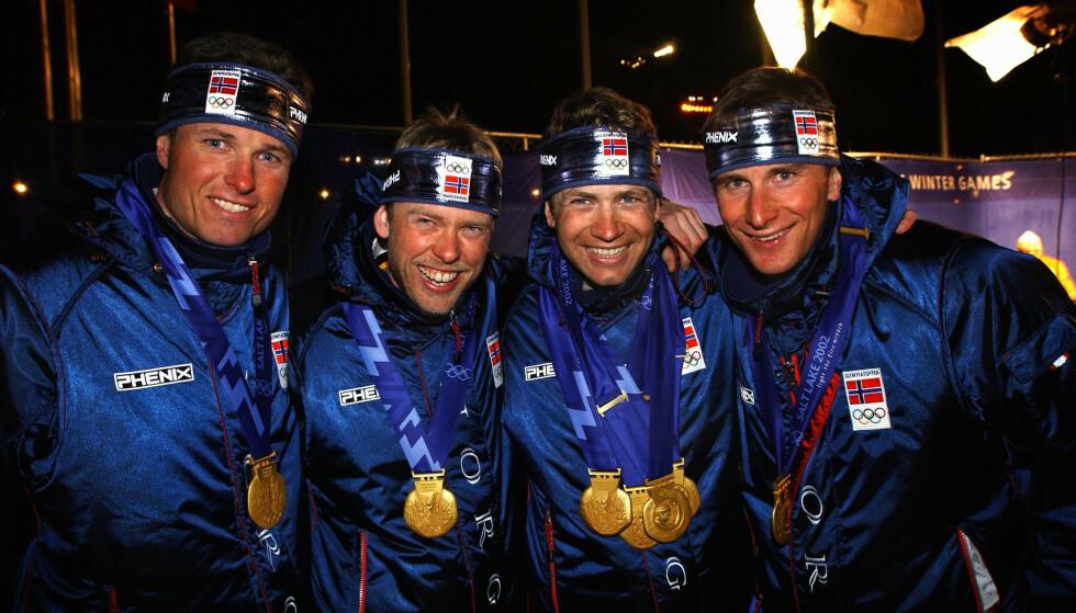 SALT LAKE CITY: Frode Andresen, Halvard Hanevold, Ole Einar Bjørndalen og Egil Gjelland med gullmedaljene sine etter medaljeseremonien i Salt Lake City i 2002. Det var første gang Norge vant OL-gull i skiskytterstafetten. Foto: Tor Richardsen / SCANPIX