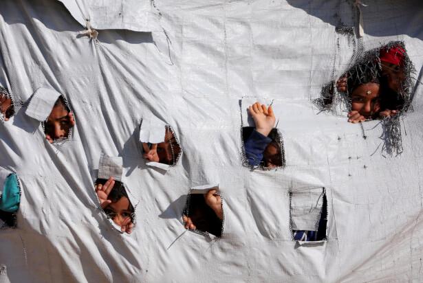 HEI! Fra noen av de nær 50 000 fengslede barna i al-Hol-leiren. Foto: Ali Hashisho / Reuters / Scanpix
