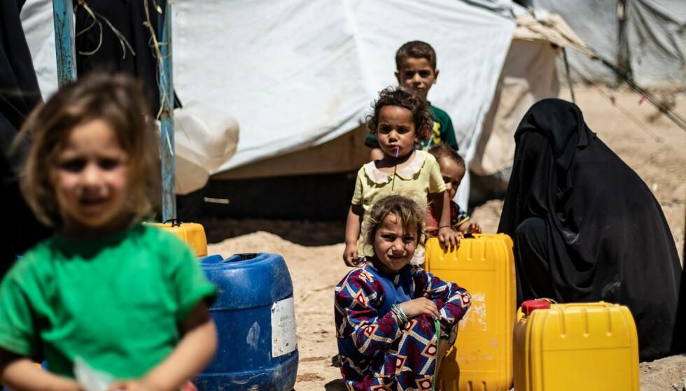 MANGLER ALT: Nær 50 000 barn, hvor de fleste er under 12 år, lever under forferdelige forhold i al-Hol-leiren i det nordøstlige Syria. Gradestokken viser stadig opp mot 50 grader, barna går barbeint og med slitte klær. De er syke og underernærte. Foto: Delil Souleiman / Afp / Scanpix