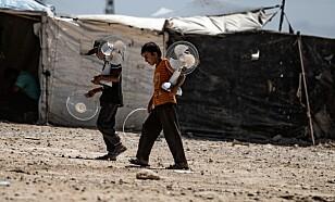 KVELENDE VARMT: To syriske gutter har fått tak i to vifter som kan brukes i heten. Om og når de har strøm. Foto: Delil Souleiman / Afp / Scanpix