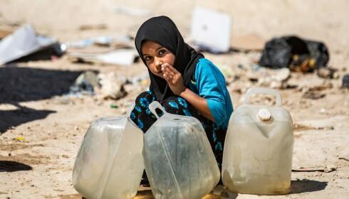 UTEN VANN. En syrisk jente vasker ansiktet sitt i al-Hol-leiren i det nordøstlige Syria. Foto: Delil Souleiman / Afp / Scanpix