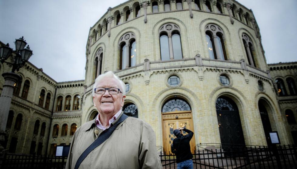 SAVNER GRO OG KÅRE: NRK-veteran Geir Helljesen (80) mener ikke at alt var bedre før. Men han savner politikere med karisma, som Gro Harlem Bruntland og Kåre Willoch. - Den typen politikere finnes ikke i dag, mener han. Foto: Nina Hansen