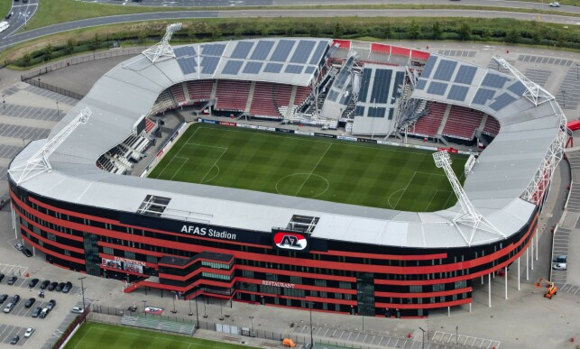SKANDALE: AFAS Stadion er hjemmebanen til AZ Alkmaar i Nederland. Slik ser det ut etter at taket kollapset på den ene langsida. Foto: NTB Scanpix