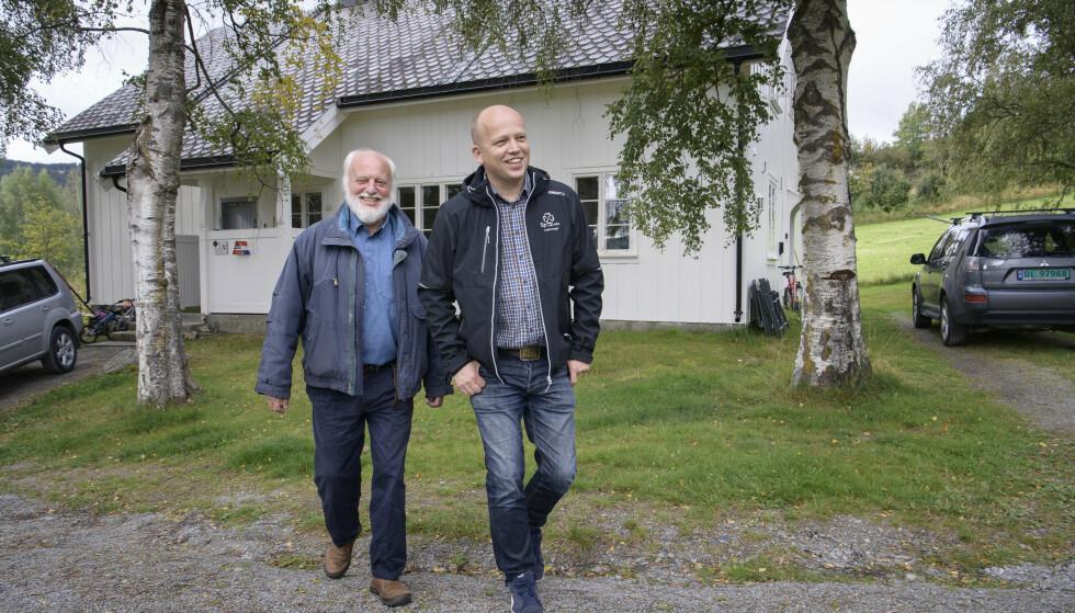 KLASSEREISEN: - Hvem skulle tro at den lille fattiggutten som vokste opp her skulle bli høgskolelektor og forfatter av 60 fagbøker, sier Trond Vidar Vedum (72) til sønnen Trygve (40) etter gjensynet med arbeiderstua han vokste opp i på Volbu i Øystre Slidre kommune. Foto: Lars Eivind Bones / Dagbladet