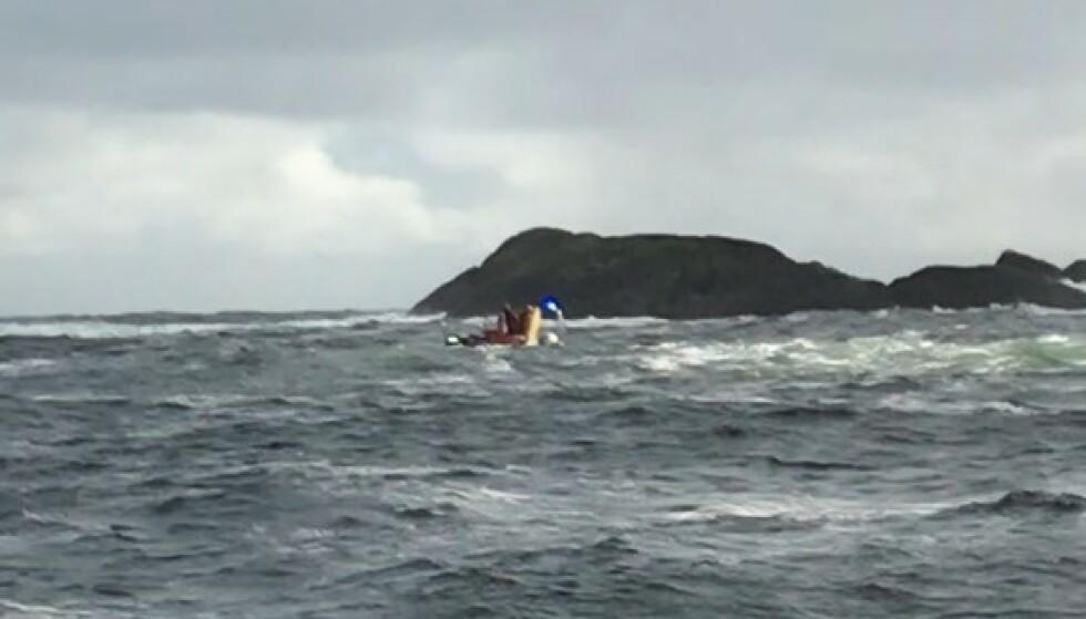 REDDET: Dette bildet viser brannbåten med den skipbrudne mannen om bord - like etter at han ble reddet fra skjæret. Foto: Mannskapet på fiskebåten Xena