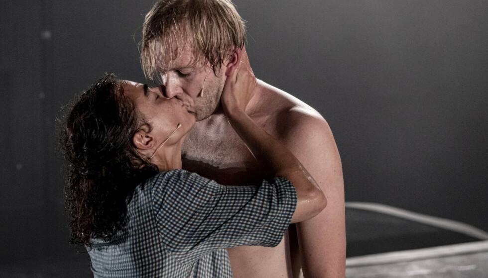 UTSTØTT KJÆRLIGHET: Asle (Christian Ruud Kallum) og Alida (Madalena Sousa Helly-Hansen) har hverandre. Og absolutt ingenting annet. Foto: Erik Berg