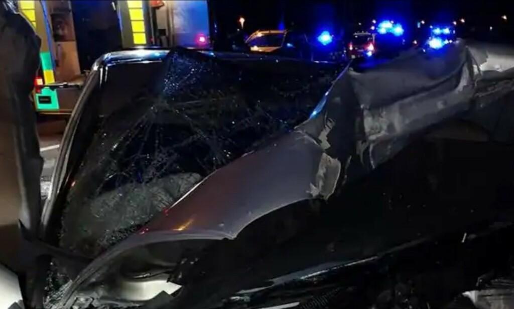 KONDEMNERT: Dette er en av bilene som kolliderte i Kramfors i natt. Foto: Räddningstjänsten.