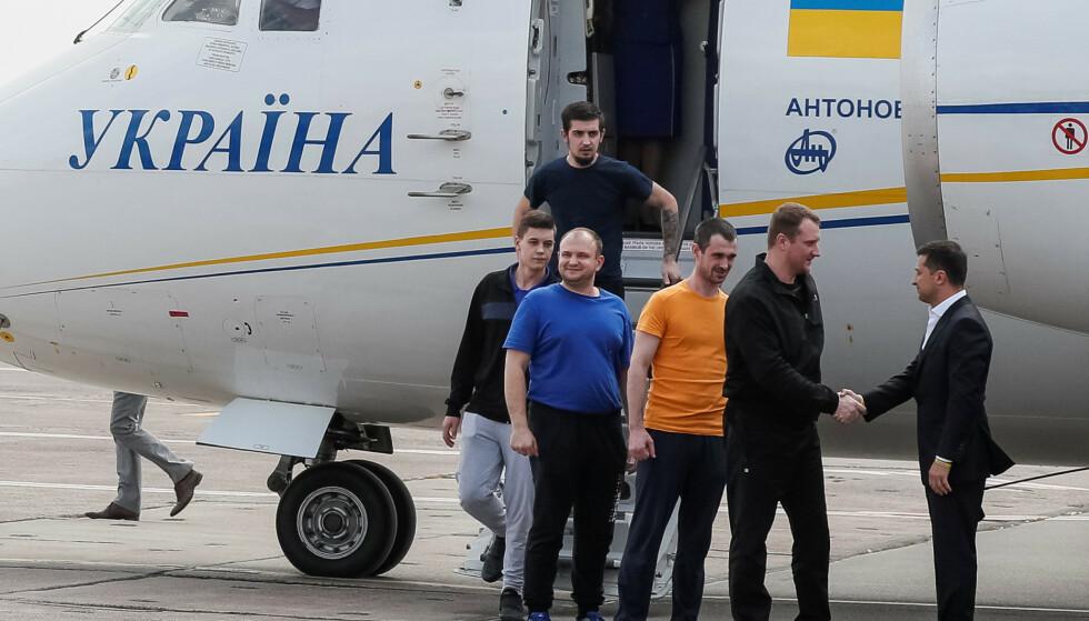 VELKOMMEN HJEM: President Volodymyr Zelenskyj tar imot Ukrainas hjemkomne sønner. Foto: REUTERS / NTB Scanpix