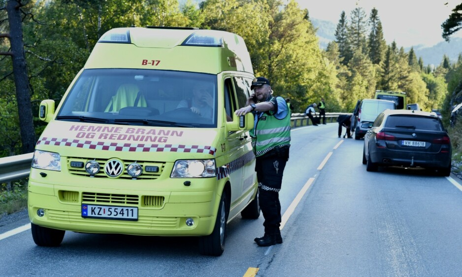FØRER OMKOM: En mannlig fører i 40-åra omkom søndag ettermiddag, etter at han kolliderte med en buss, opplyser politiet. Foto: Joakim Halvorsen