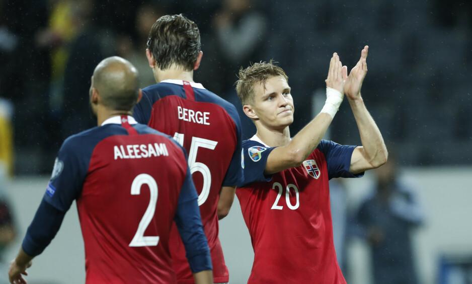 APPLAUS: Martin Ødegaard, Haitam Aleesami og Sander Berge takker publikum etter 1-1-kampen mot Sverige. Foto: Stian Lysberg Solum / NTB scanpix