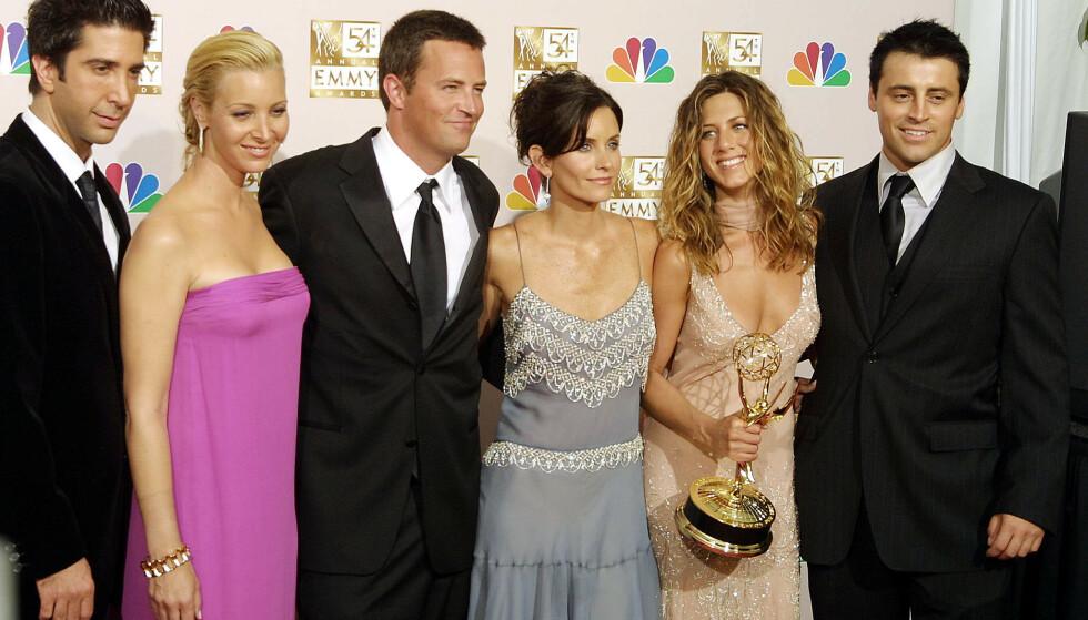 STJERNER: Det er 25 år siden den første episoden av «Friends» rullet på skjermen for første gang. Her er den verdenskjente casten på Emmy-utdelingen i september 2002. Fra venstre David Schwimmer, Lisa Kudrow, Mathew Perry, Courteney Cox, Jennifer Aniston og Matt LeBlanc. Foto: Lee Celano / AFP