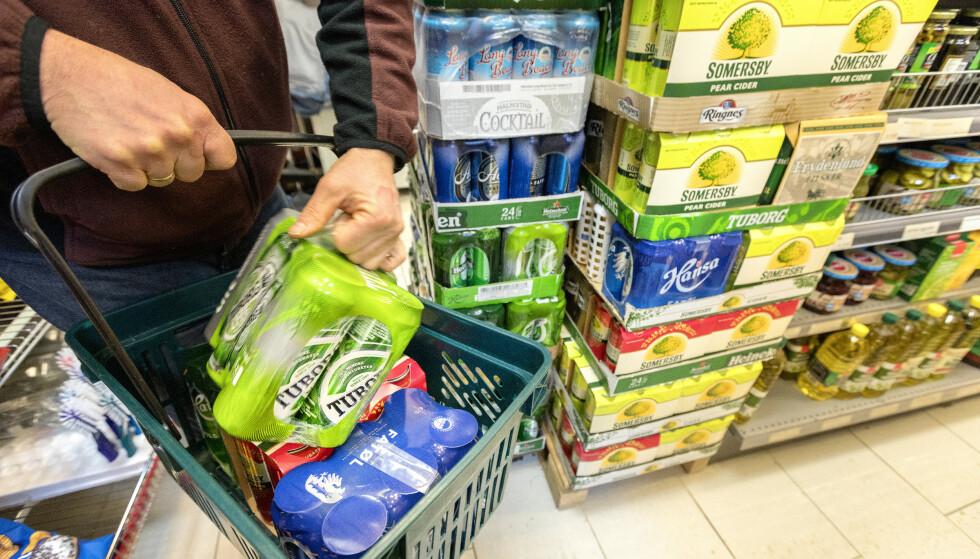 RABATT: Handler du alkohol eller tobakk i NorgesGruppens eller Coops butikker får du tilsvarende Trumf-bonus som om du handler melk eller brød. Illustrasjonsfoto: Gorm Kallestad / NTB Scanpix