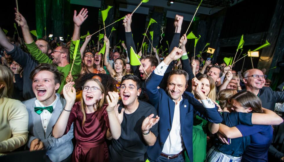 GRØNN JUBEL: Miljøpartiet De Grønne, med stortingsrepresentant Une Bastholm i spissen, jubler for rekordtall under valgvaken til Oslo MDG. Foto: NTB SCANPIX