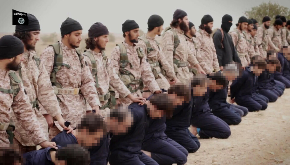 SINNETS TID: Dette bildet er fra en av IS' tidlige propagandafilmer, fra november 2014, der IS-krigere gjør seg klare for å kutte hodene av det de beskriver som syriske militære. Foto: Afp / Scanpix